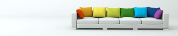 Couch mit bunten Kissen
